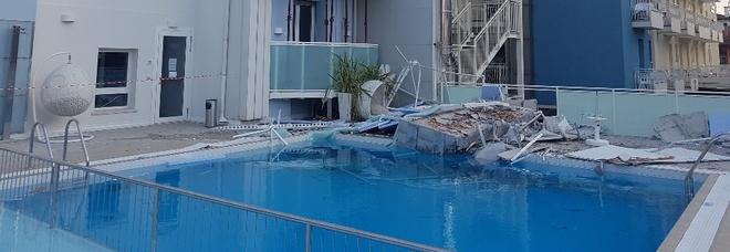 Il terrazzo crolla e finisce in piscina Tanta paura all\'hotel Albatros