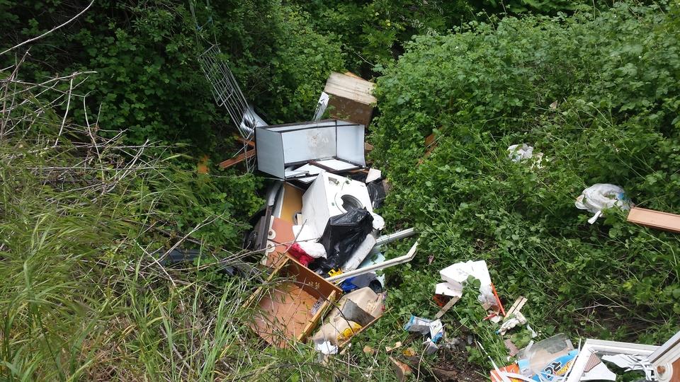 Scoperto e multato udinese 28enne buttava rifiuti di ogni for Cabine del torrente grave