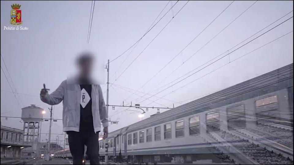 I quattro ragazzi che girano un video musicale sui binari del treno a Milano