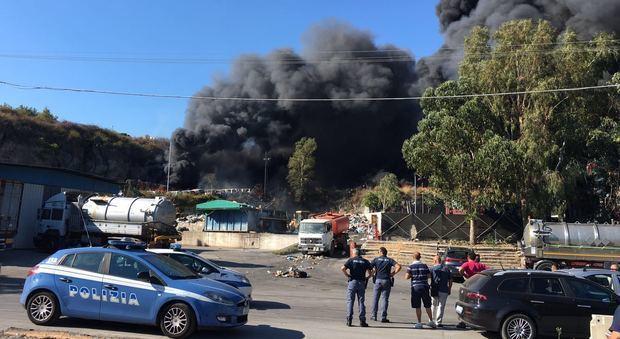 Incendio nel Vesuviano, colonna di fumo visibile da Napoli