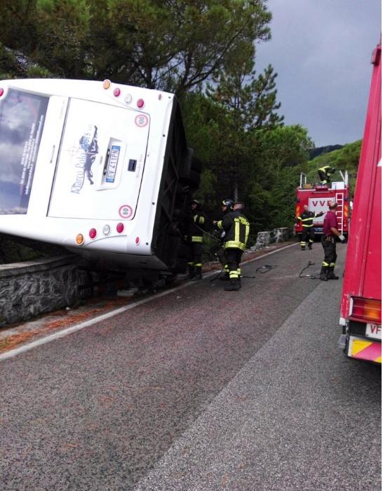 Napoli, Bus finisce fuori strada scendendo dal Vesuvio ad Ercolano