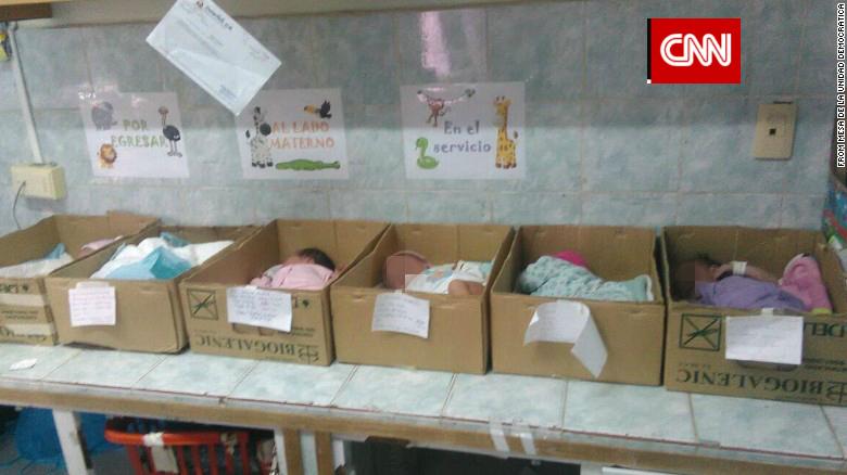 In Venezuela mancano le culle e i neonati dormono nelle scatole