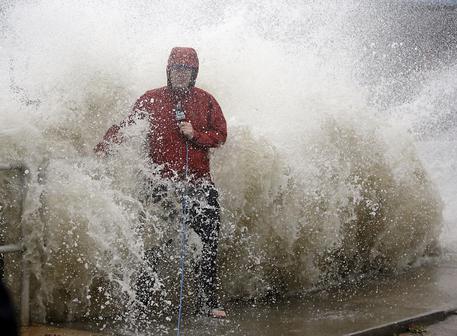 Inondazioni, mareggiate e tornado: l'uragano Hermine spazza via le coste della Florida