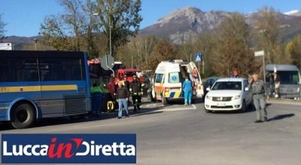 Tragedia a Castelnuovo, muore schiacciata da un bus