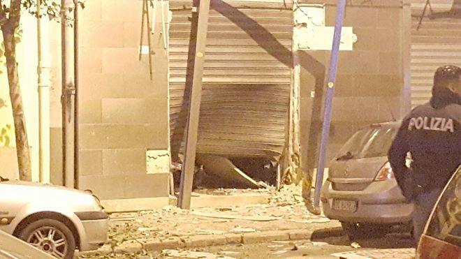 Bomba nella notte, paura nel centro di Taranto: devastato supermercato