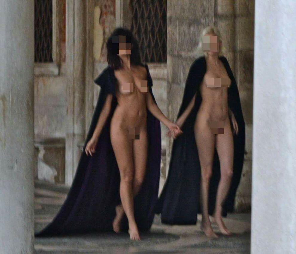 Scatti bollenti in centro storico. Modelle nude all'alba in piazza San Marco
