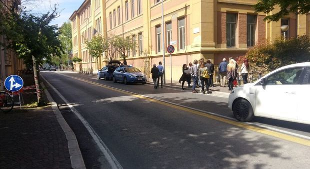 Studentessa cade dalla finestra del liceo Mamiani, immediati i soccorsi alla 15enne