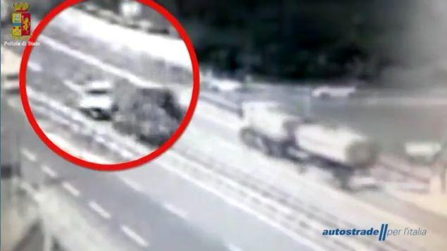 Incidente sulla Milano-Genova: furgone contro Tir. Due morti, un ferito