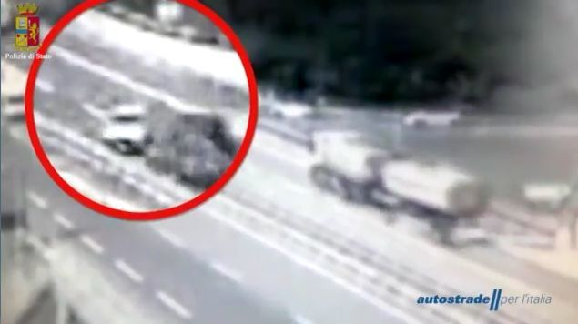 Tir si ribalta in A7, disagi traffico