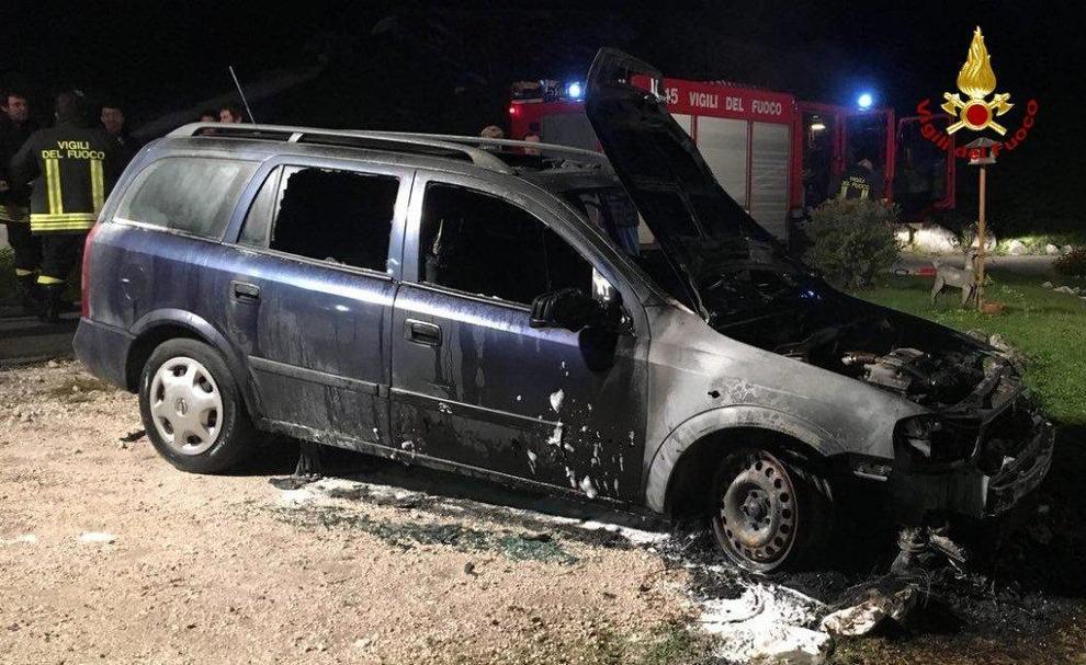 Incendio, le fiamme distruggono un'auto in sosta