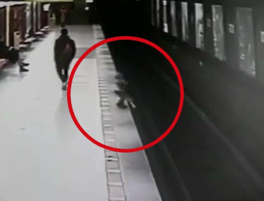 Bimbo cade sui binari del metrò a Milano, 18enne lo salva