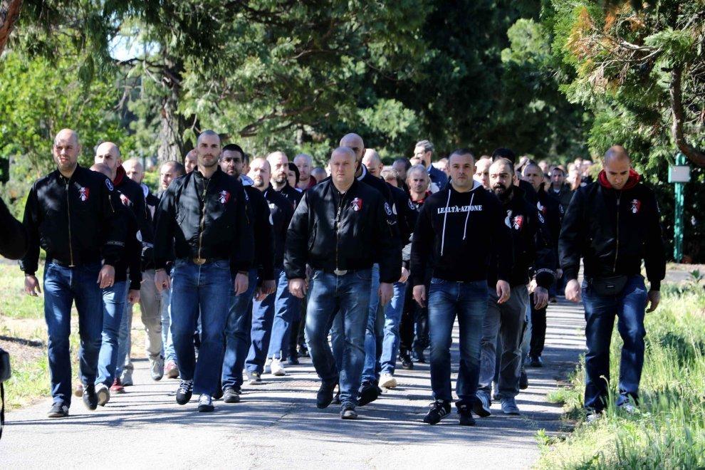 Cassazione: il saluto fascista non è reato se è solo per commemorare