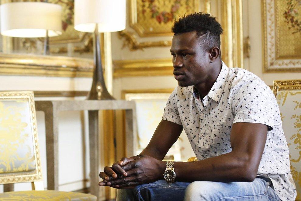 Maliano sans-papier salva bimbo e diventa un eroe