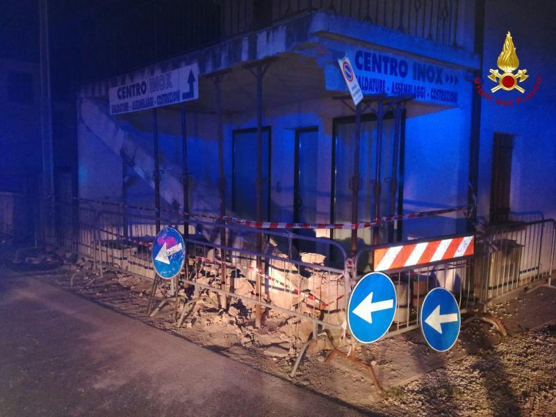 Auto contro il pilastro del terrazzo crolla l architrave due