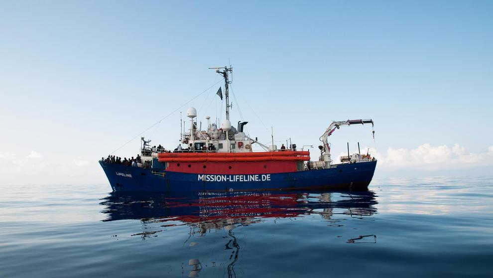 Migranti: la nave Lifeline attracca a Malta. Salvini: