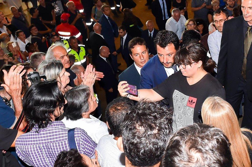 Genova, selfie al funerale di Stato: bufera su Salvini