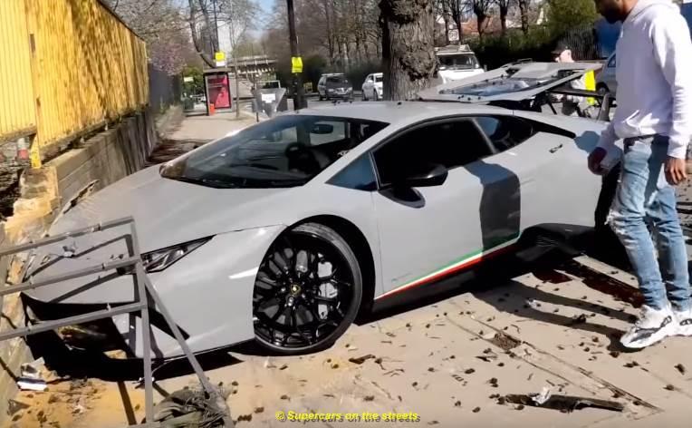 Dà troppo gas e la Lamborghini finisce contro un muro