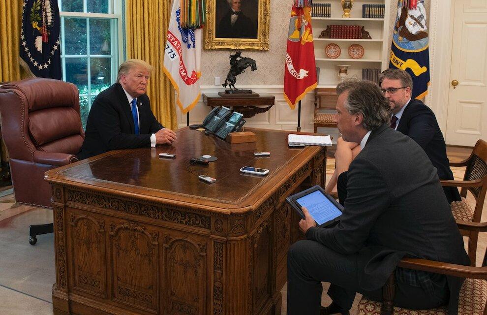 trump-pulsante-rosso-scrivania-casa-bianca